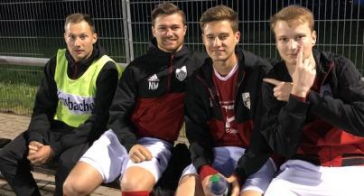 Die Fußballwelt zum Greifen nah - Born to win - 1. Mannschaft und C1 kurz vor dem Aufstieg in die Gruppenliga